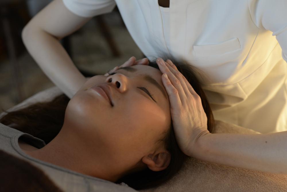 西宮の女性専用サロンポールスターでは、頭痛や目の疲れを和らげて不眠の解消にもつながるヘッドマッサージを行っています。